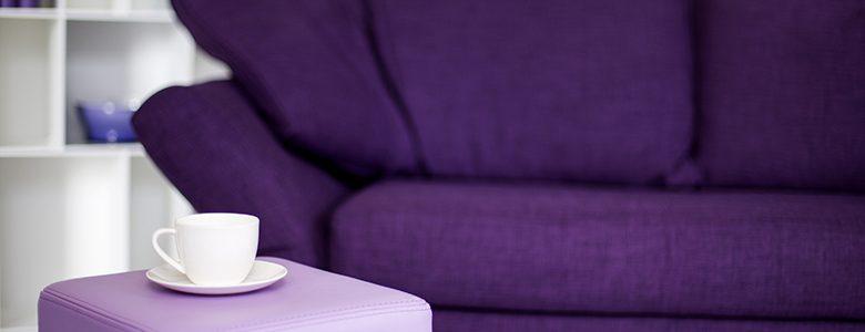 divano viola salotto